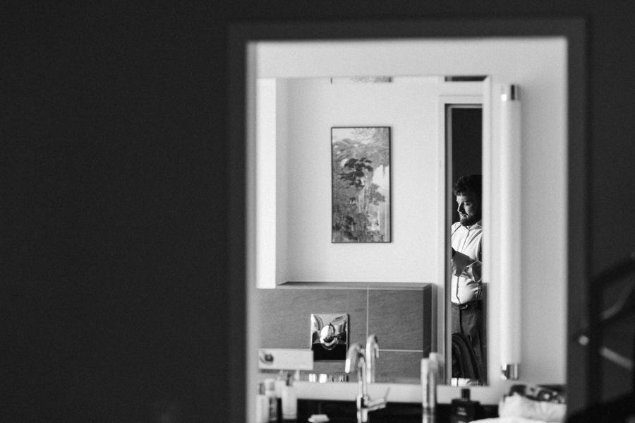 Bräutigam im Spiegel fotografiert