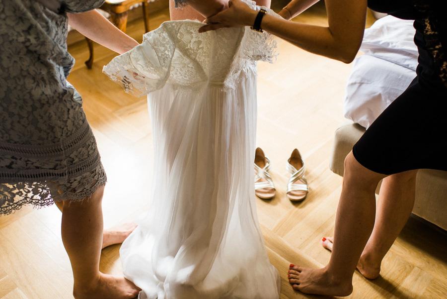 Braut steigt in Kleid