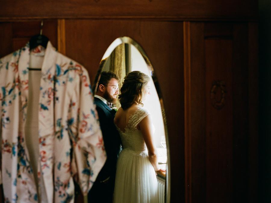 Hochzeitspaar im Spiegel