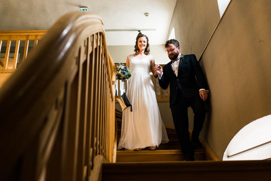Brautpaar steigt Treppe herunter