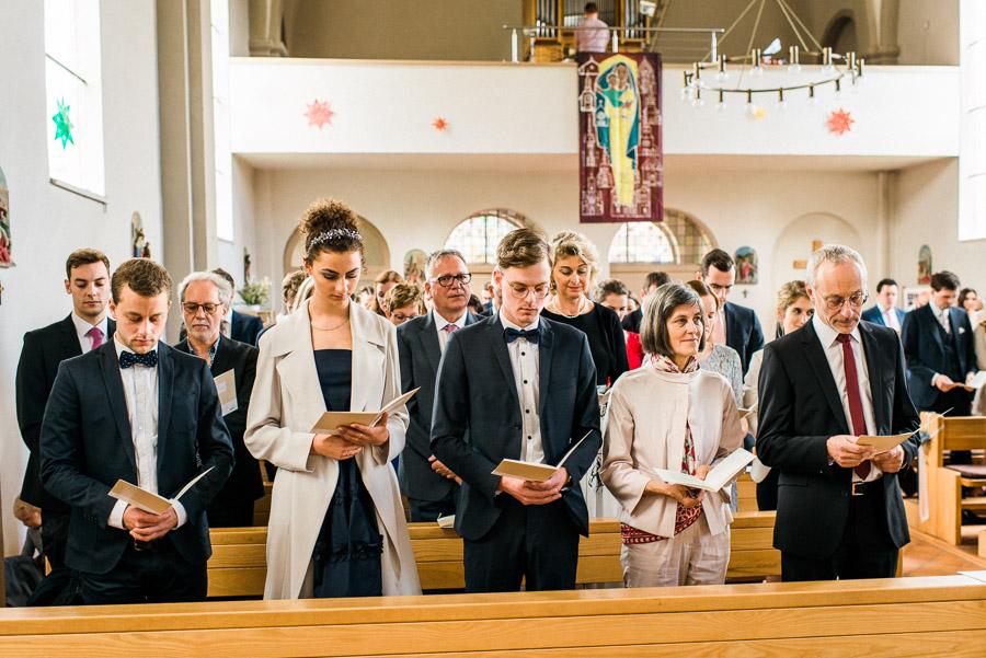 Hochzeitsgäste singen in Kirche