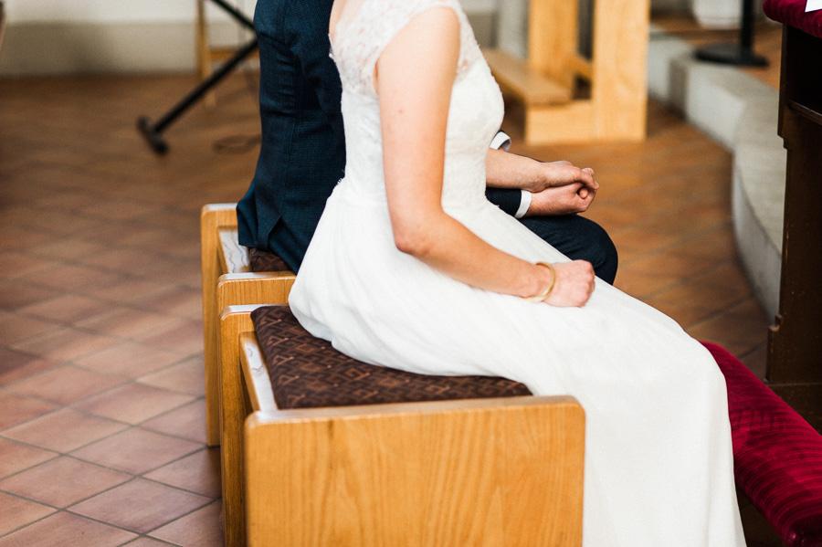 Braut und Bräutigam sitzen in Kirche