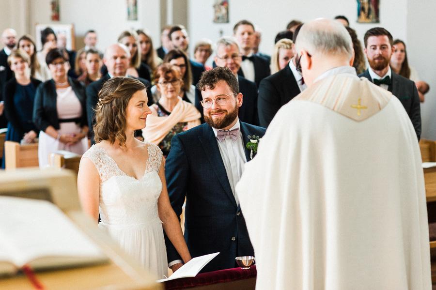 Hochzeitspaar vor Pfarrer