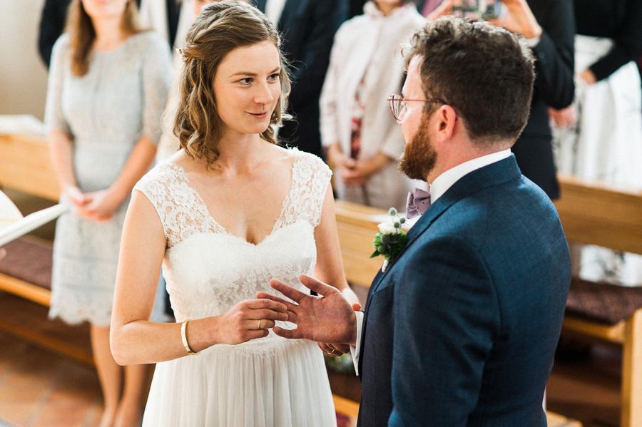 Braut steckt Bräutigam den Ring an