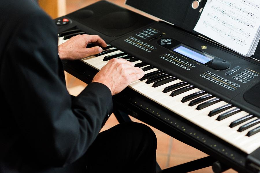 Vater spielt während der Trauung Piano in der Kirche