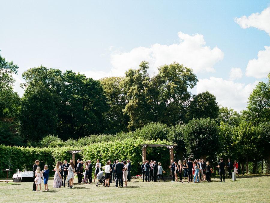 Hochzeitsgesellschaft feiert auf Gut Suckow