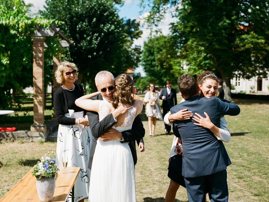 Gäste beglückwünschen Hochzeitspaar