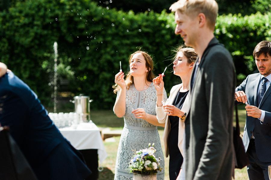 Seifenblasen nach der Trauung