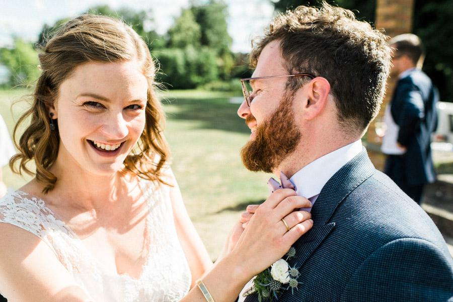 Unbefangen lachendes Hochzeitspaar