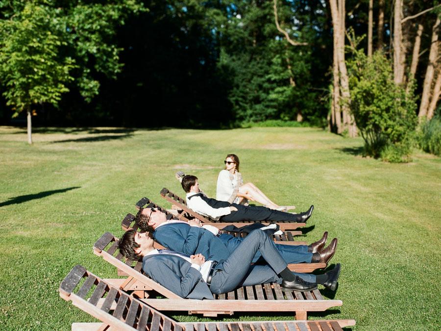 Hochzeitsgäste auf Liegestühlen am Haussee