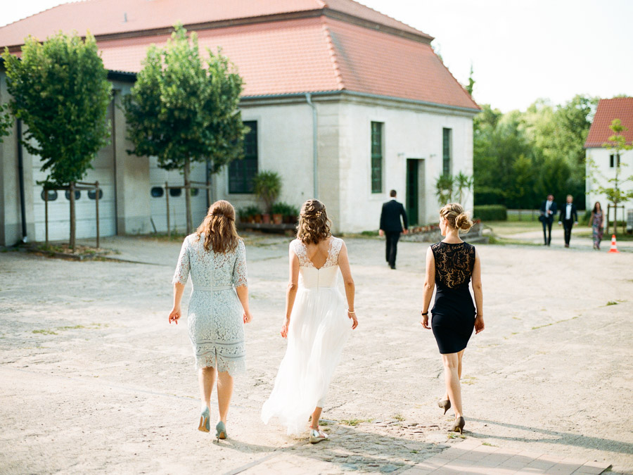 Braut und ihre besten Freundinnen schlendern