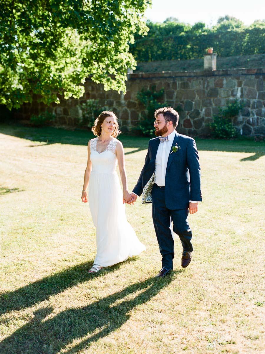 Foto beim Spaziergang mit Brautpaar
