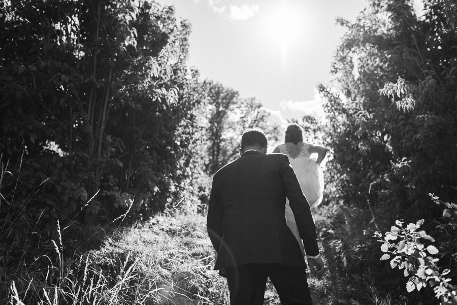 Bräutigam und Braut erklimmen Hügel