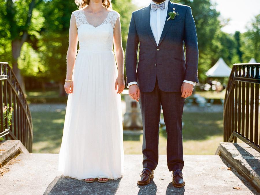 Foto von Brautkleid und Anzug