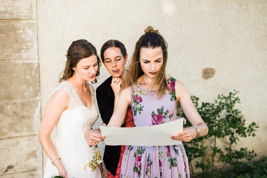 Braut und Freundinnen betrachten Sitzplan