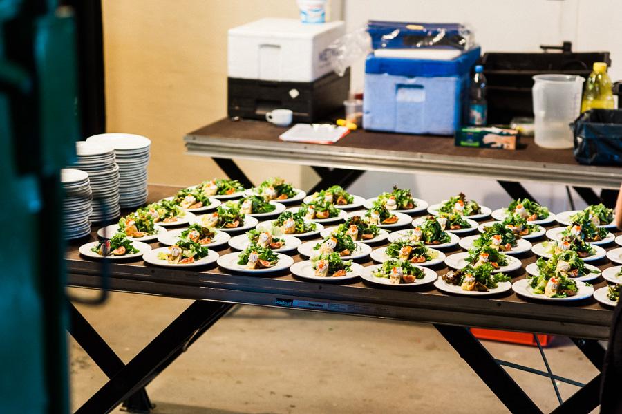Reportagefoto von Hochzeitsessen in der Küche