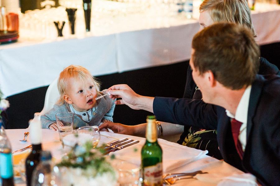 Kleinkind versucht Seifenblasen zu pusten