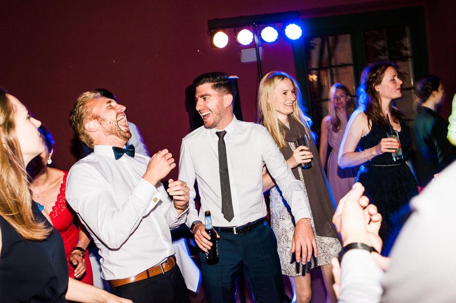 Lachende Hochzeitsgäste auf der Tanzfläche