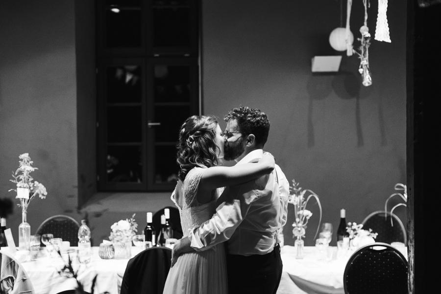 Hochzeitspaar küsst sich spät am Abend auf der Hochzeitsfeier
