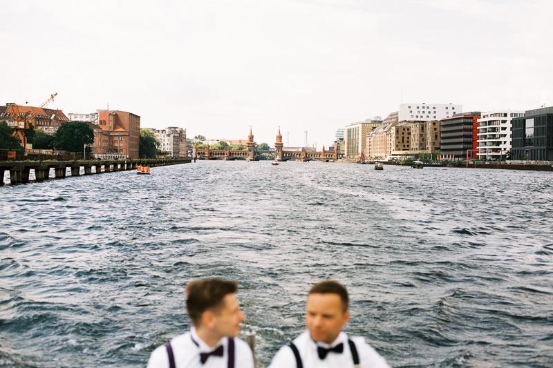 Schwules Hochzeitspaar auf der Spree