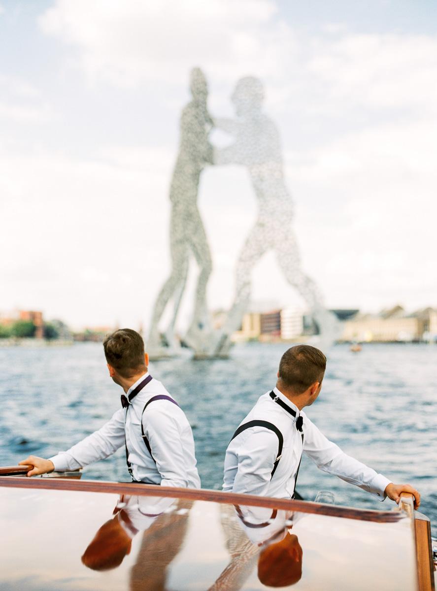 Hochzeitspaar vor Molecule Man in Berlin
