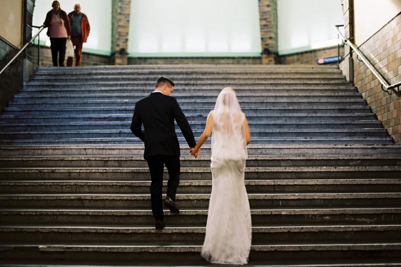 Hochzeitsfoto im Bahnhof