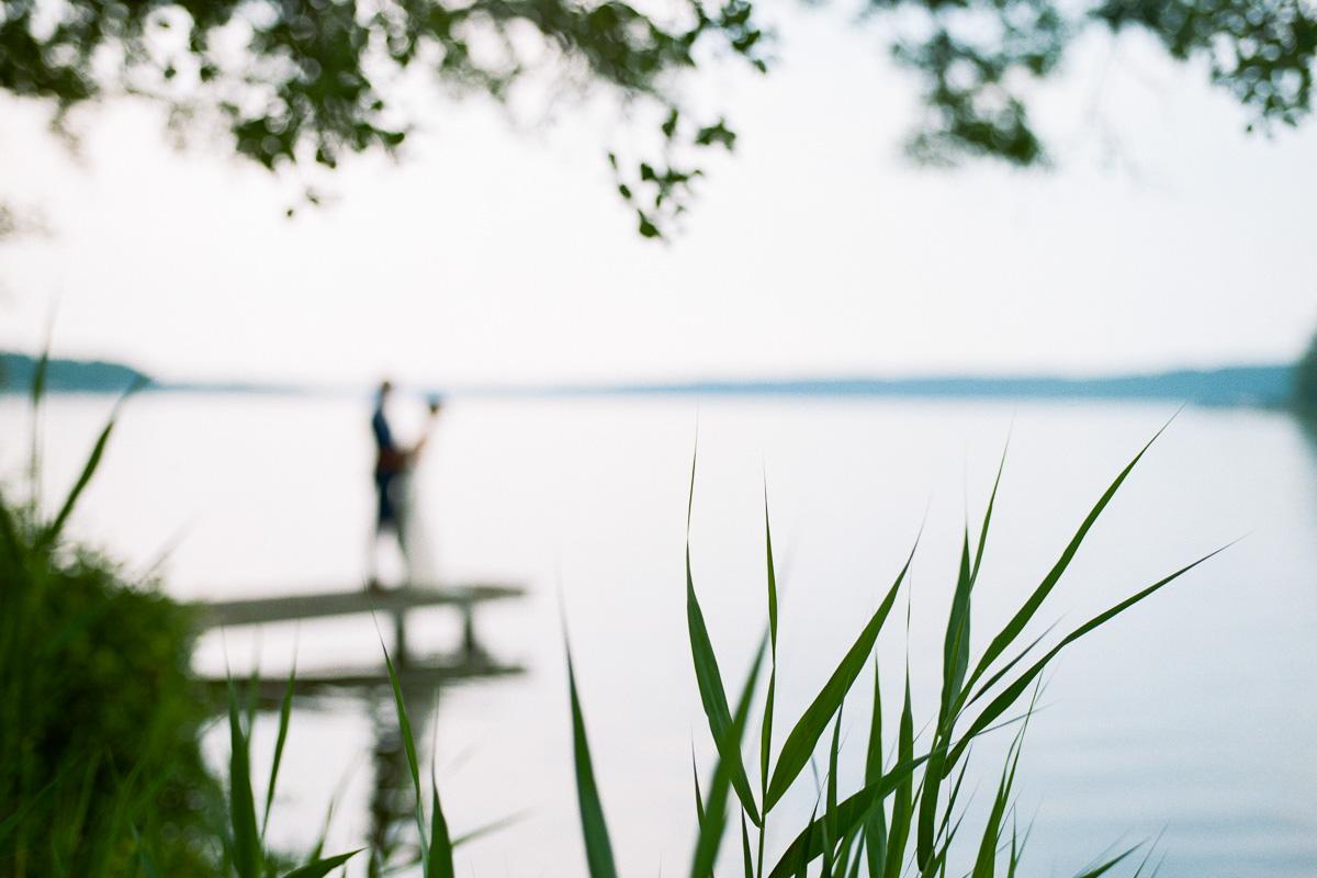 Hochzeitspaar auf Steg am Werbellinsee