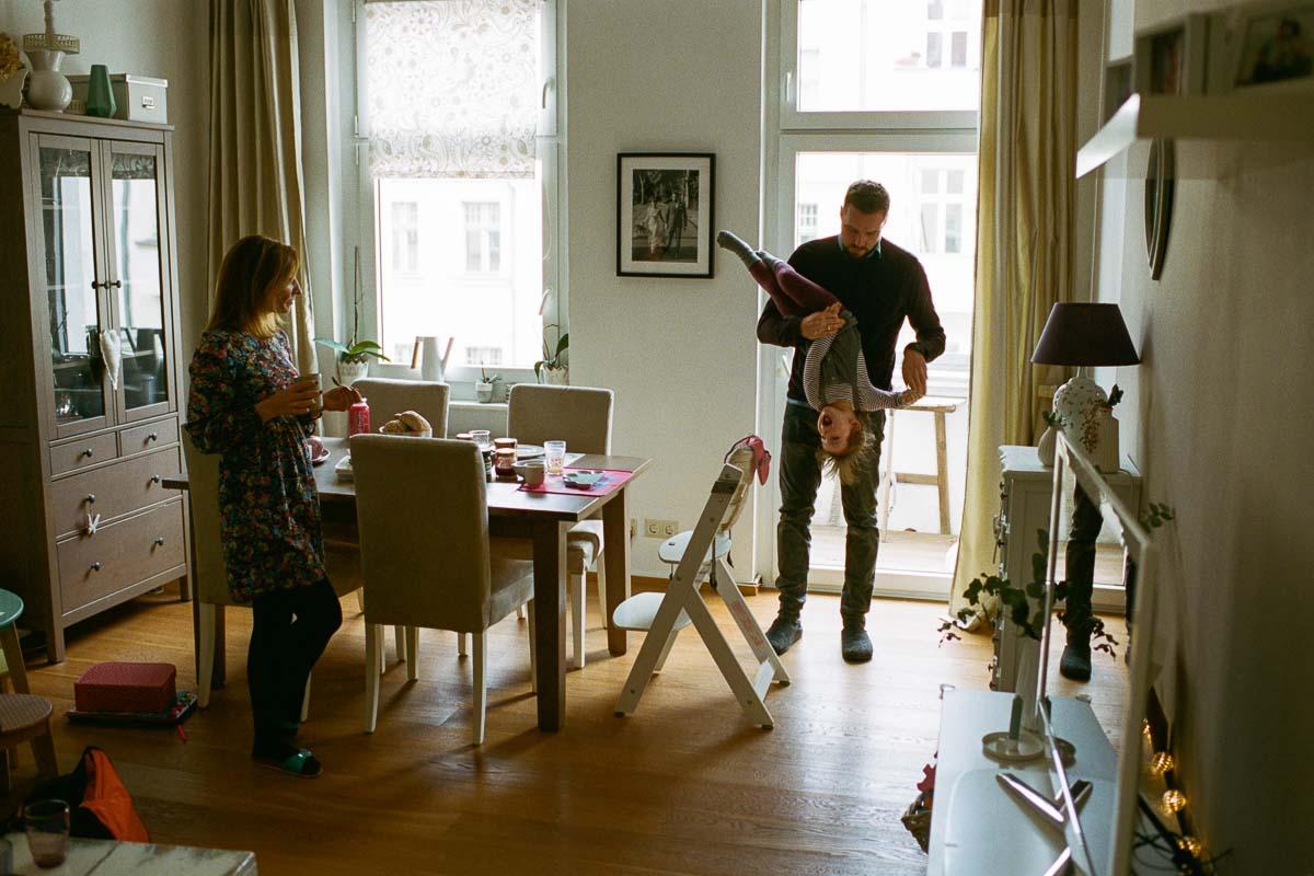 Familie mit Kind in Wohnzimmer