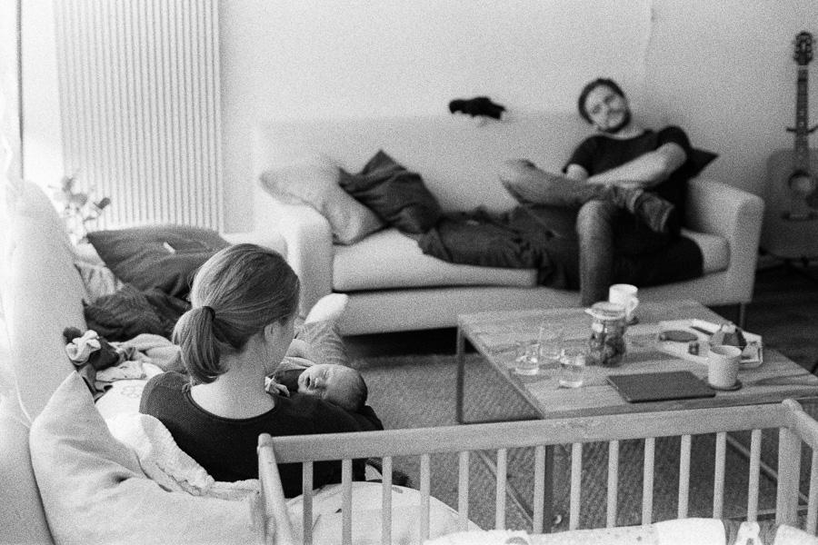 Familie mit Baby in Wohnzimmer