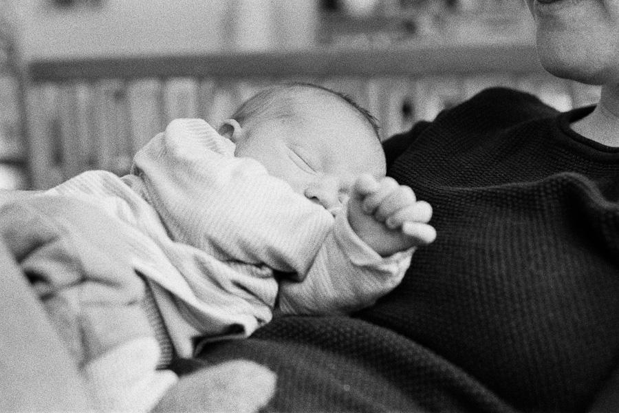 Baby auf Bauch der Mutter