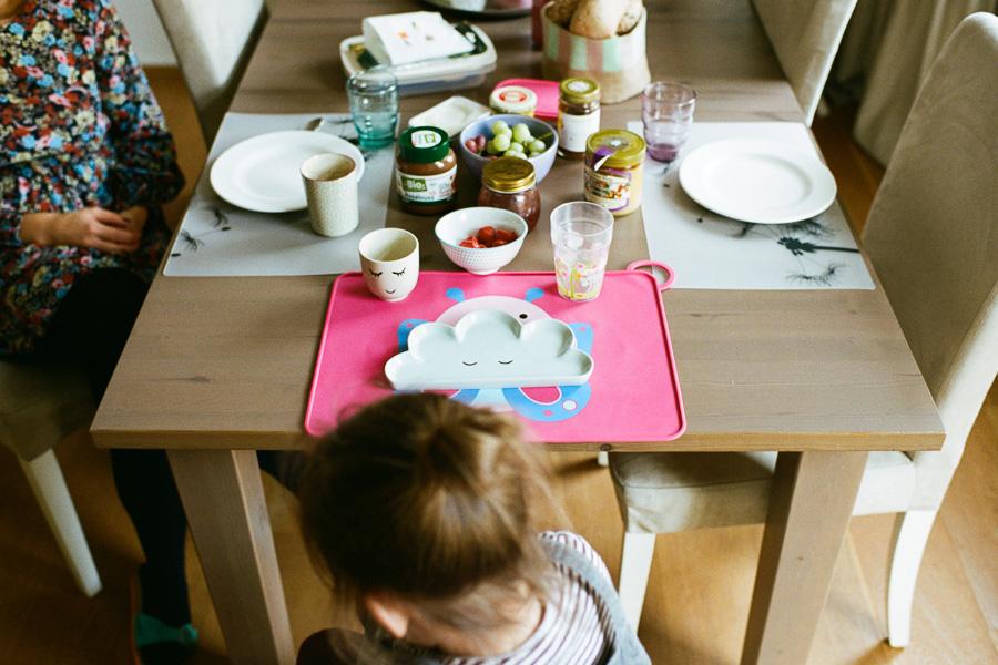 Kind am Frühstückstisch