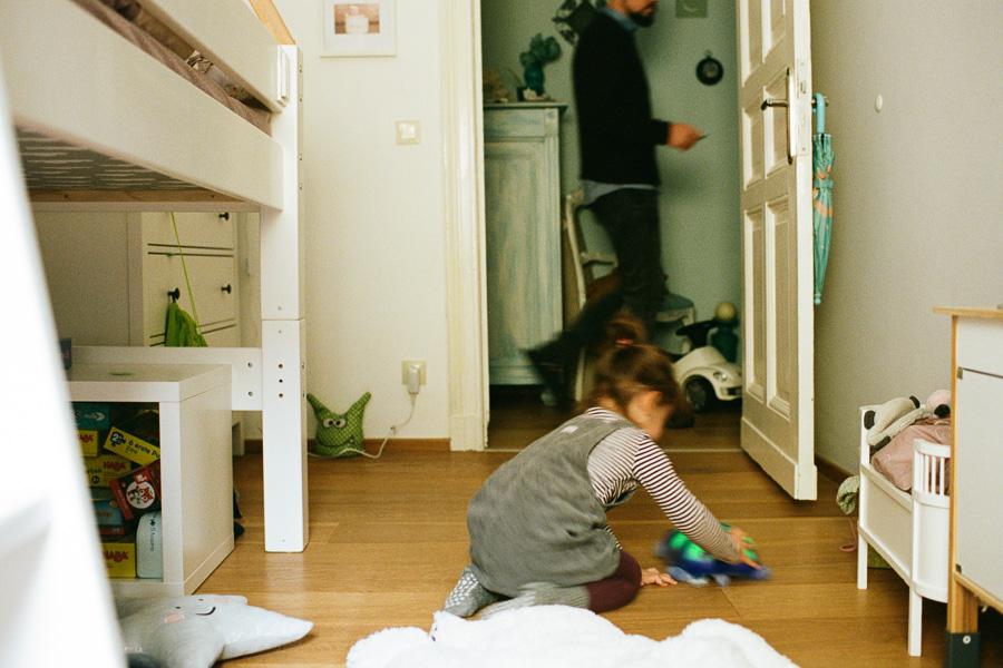 Kind spielt im Kinderzimmer