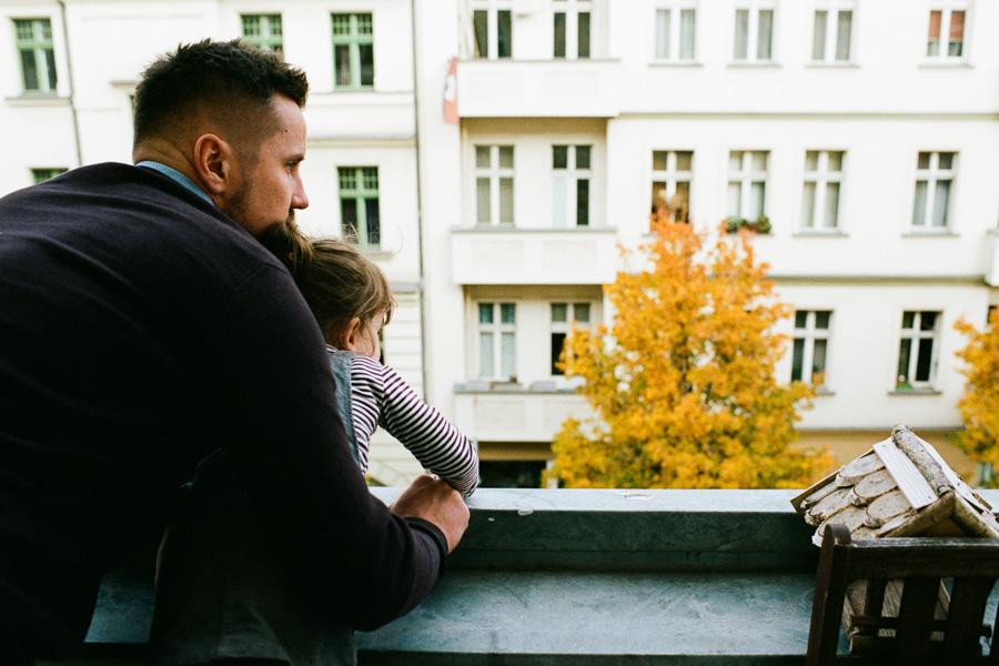 Vater und Tochter auf Balkon