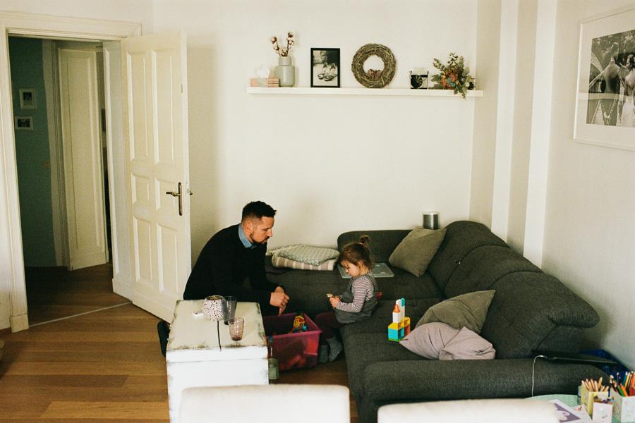 Vater und Tochter beim Spielen