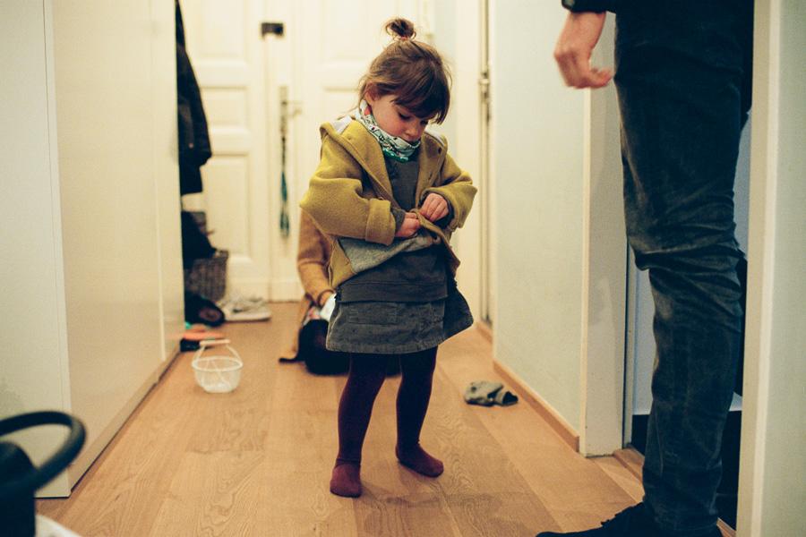 Kleines Mädchen macht Jacke zu