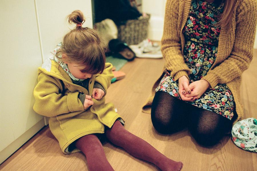 Mutter und Kind im Hausflur