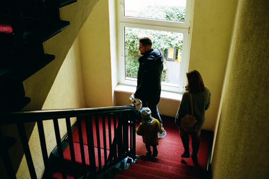 Familie in Treppenhaus