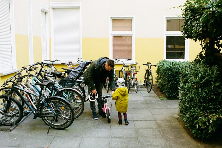Vater und Tochter mit Laufrad
