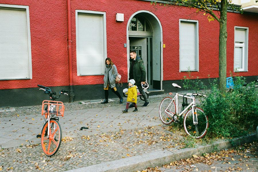 Familie geht spazieren in Berlin Friedrichshain