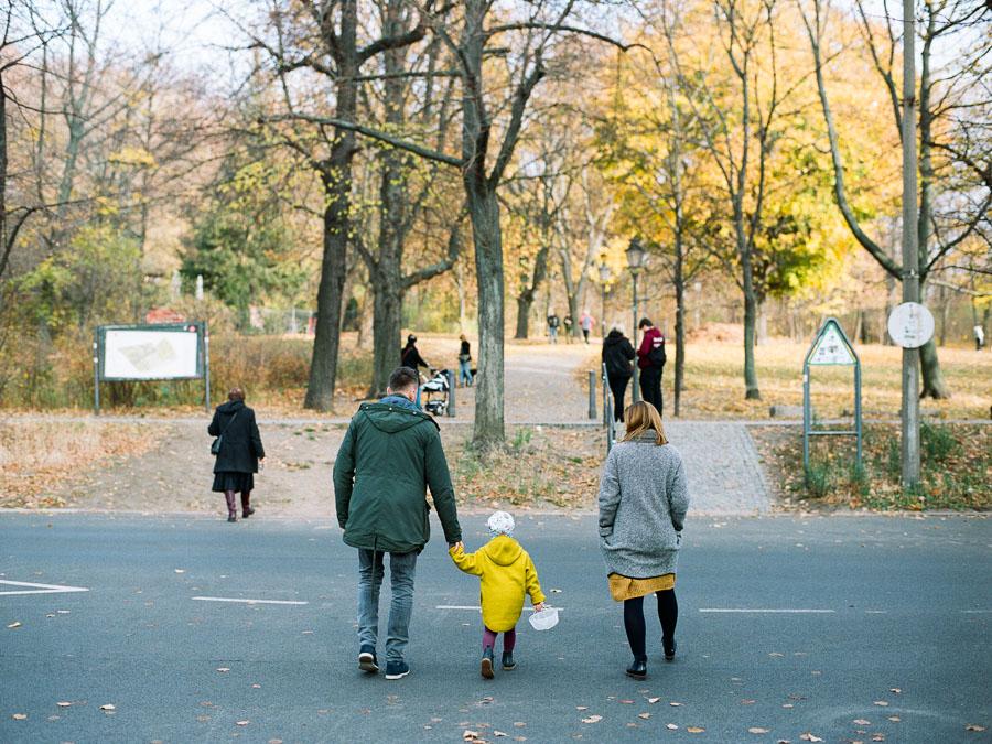 Familie überquert Straße