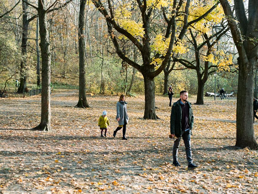 Familie spaziert durch Volkspark Friedrichshain