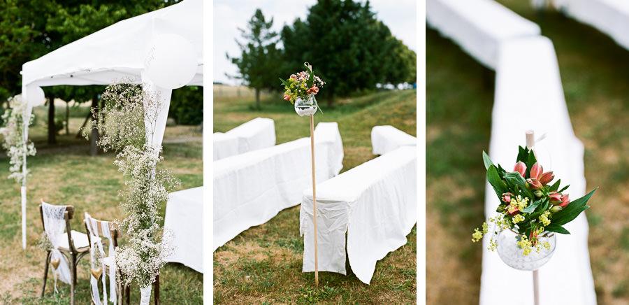Hochzeitsdeko mit Spalierstöcken und Blumen