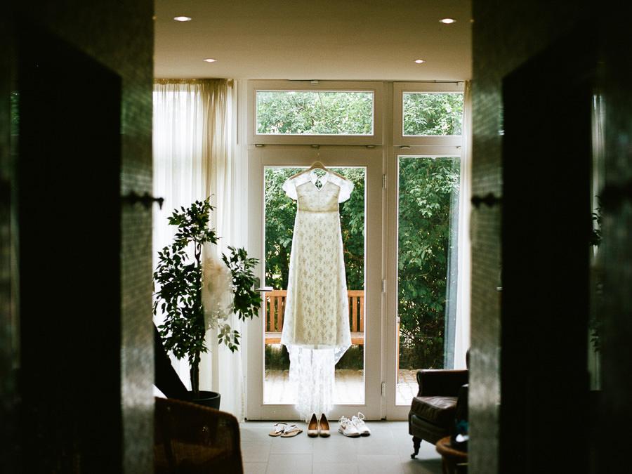 Brautkleid hängt im Fenster