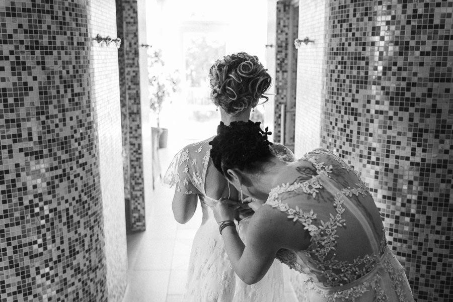 Schnüren des Brautkleids