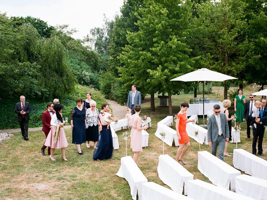 Hochzeitsgäste setzen sich