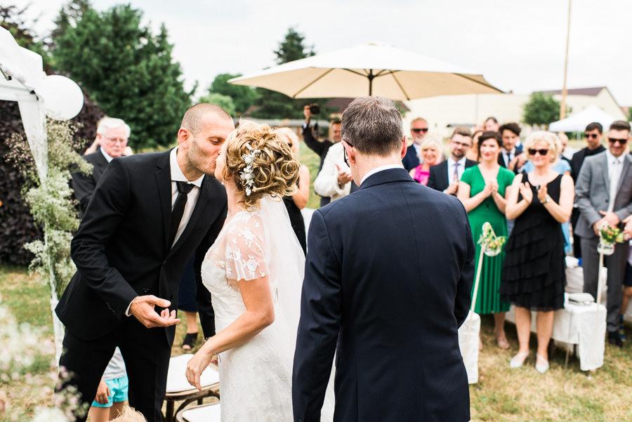 Hochzeitspaar sieht sich zum ersten Mal