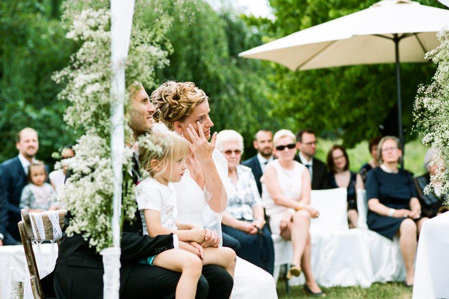 Braut mit Tränen in den Augen während Trauung