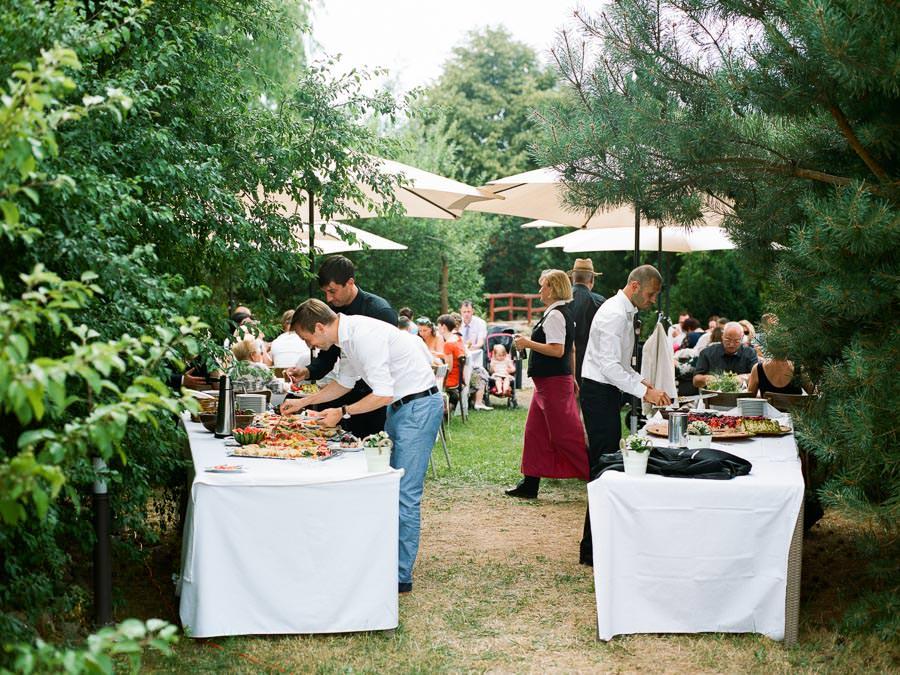 Hochzeitsgäste am Kuchenbuffet