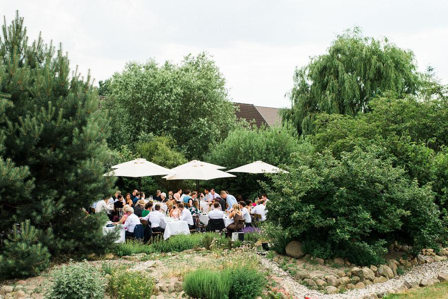 Hochzeitsgäste bei Kaffee und Kuchen
