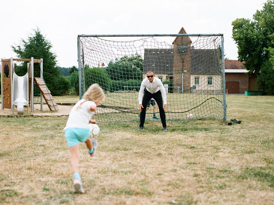 Papa und Tochter spielen Fussball